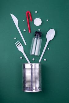 A reutilização reduz o conceito de reciclagem plana com resíduos de plástico, papel e polietileno. imagem de modelo com espaço de cópia.