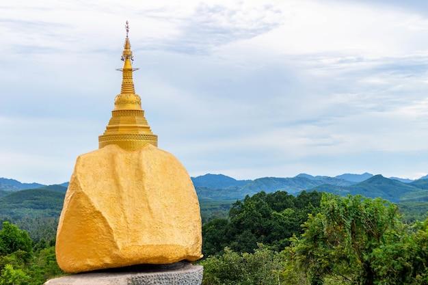 A rocha dourada na tailândia