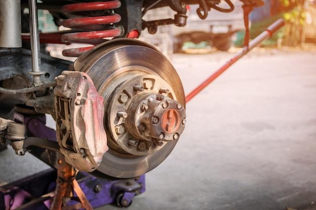 A roda dianteira do carro foi removida para consertar o sistema de freio.