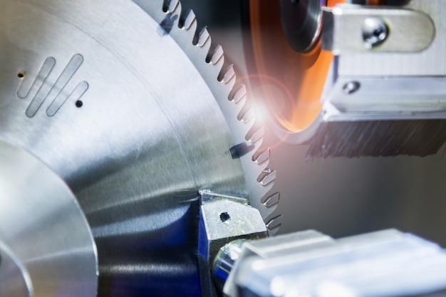 A roda fresadora é afiada na máquina na fábrica ou na oficina. foco em cortar dentes