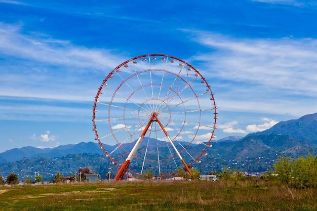 A roda gigante contra o céu azul em batumi, geórgia