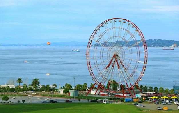 A roda gigante de 80 metros de altura no batumi boulevard, no mar negro da costa da geórgia, na geórgia