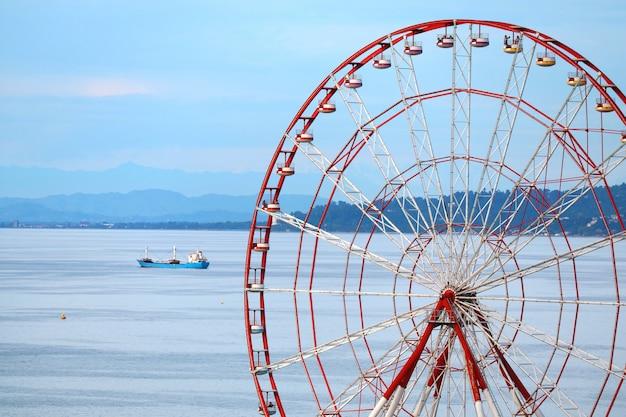 A roda-gigante panorâmica de batumi contra o mar negro e o céu azul da geórgia, geórgia
