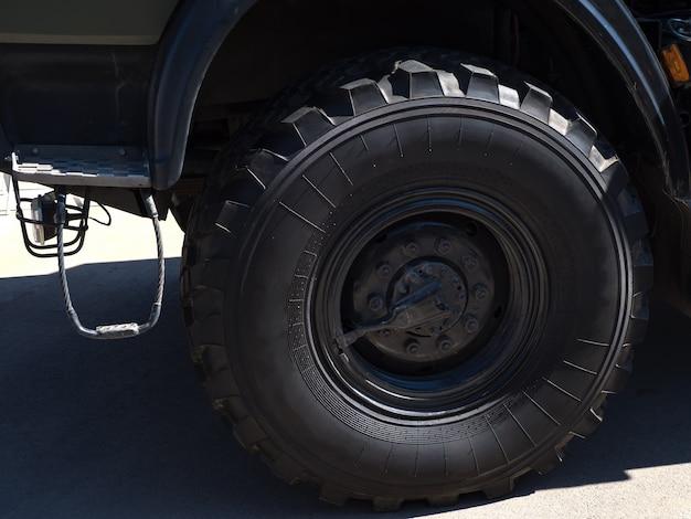A roda grande é levantada no aparelho de elevação.