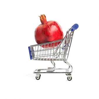 A romã madura grande encontra-se em um carrinho de supermercado