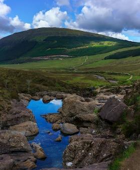 A rota a pé para the fairy pools localizado em glen brittle na ilha de skye, escócia