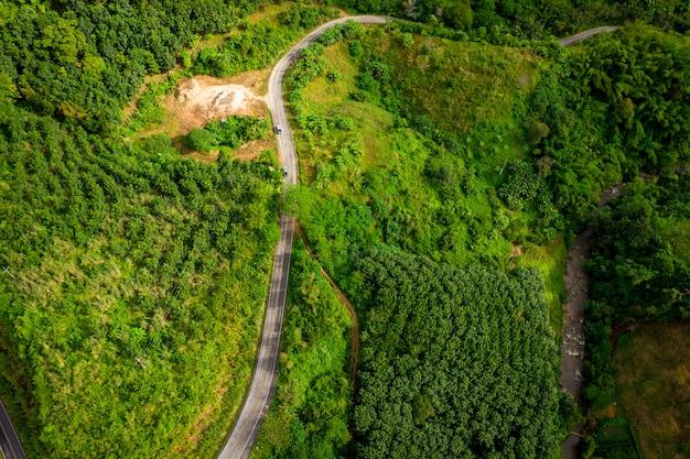 A rota na montanha que liga a cidade em chiang rai tailândia