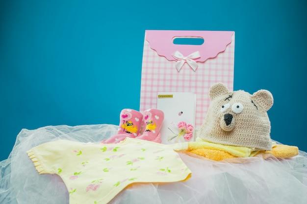 A roupa do bebê com uma caixa de presente
