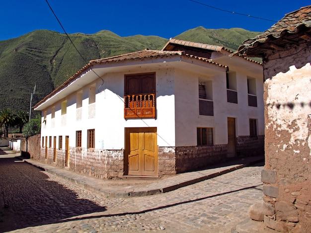 A rua na pequena cidade no altiplano, peru, américa do sul