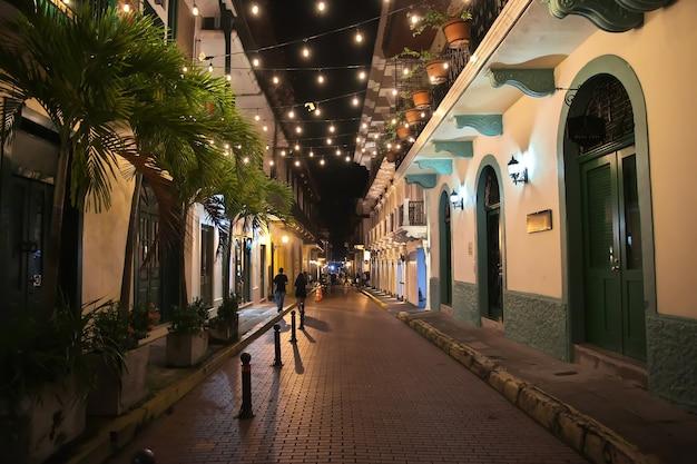 A rua vintage de casco viejo na cidade do panamá