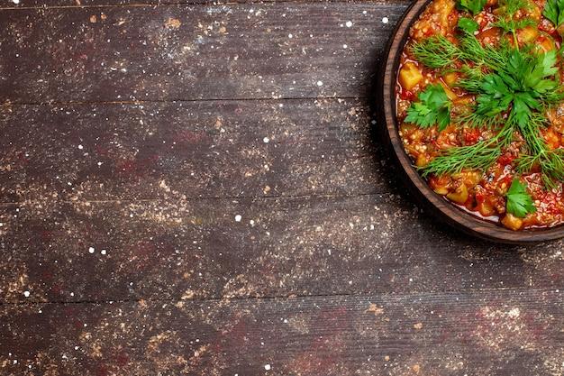 A saborosa refeição cozinhada da vista de cima consiste em vegetais fatiados e verduras na mesa rústica marrom molho de comida sopa comida caloria de vegetais