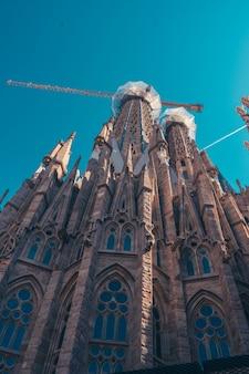 A sagrada família com céu limpo em barcelona