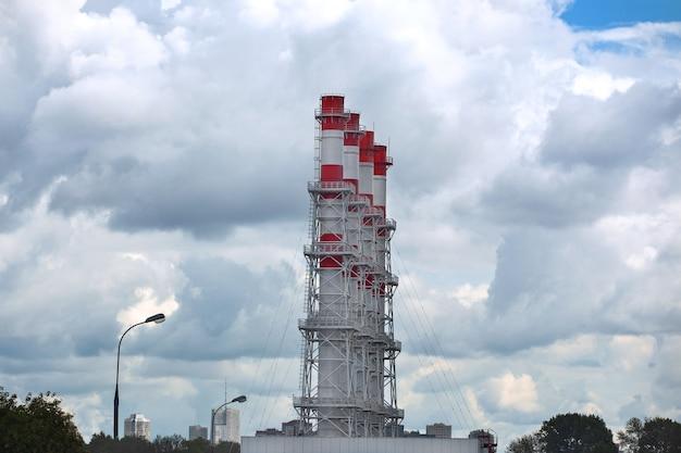 A sala da caldeira industrial conduz a paisagem urbana com céu nublado