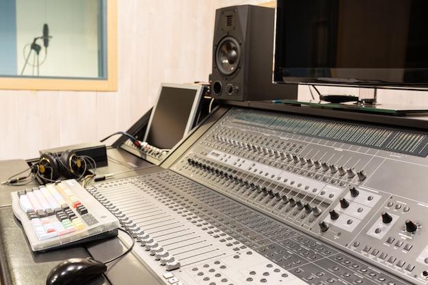 A sala de controle de um estúdio de gravação