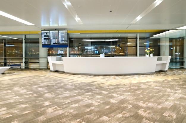 A sala de embarque no aeroporto de shanghai pudong Foto Premium