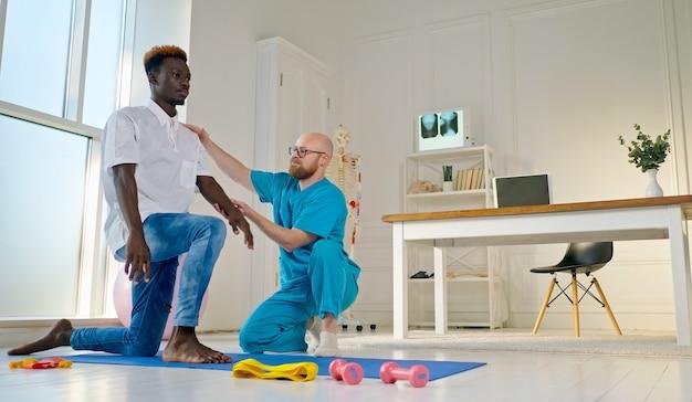 A saúde das costas realiza exercícios para as costas que restauram as funções físicas nos modernos reabilitati ...