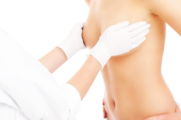 A seção mediana de um médico examinando a mama