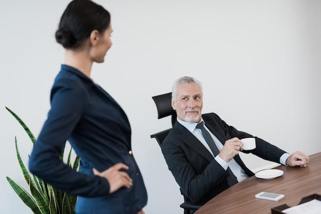 A secretária da menina está flertando com seu chefe