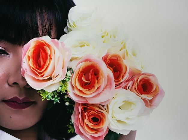 A senhora de vestido branco com rosa