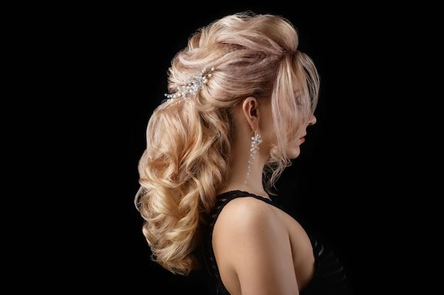 A senhora encantadora tem um penteado bonito