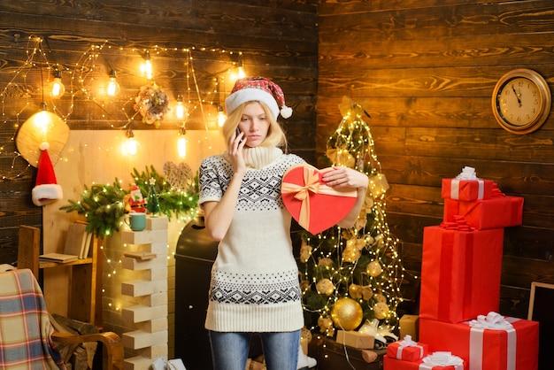 A senhora está ligando com um presente nas mãos. triste. desapontado. época de natal.