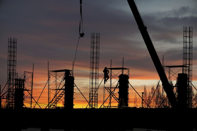 A silhueta da construção de um edifício à noite.