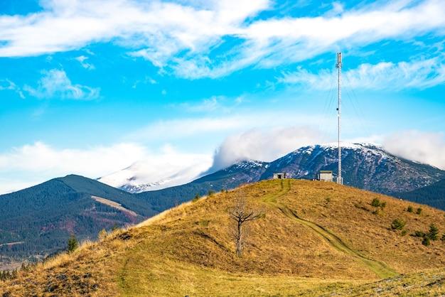 A silhueta de uma torre de telecomunicações