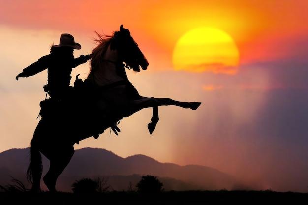 A silhueta do cowboy e o pôr do sol