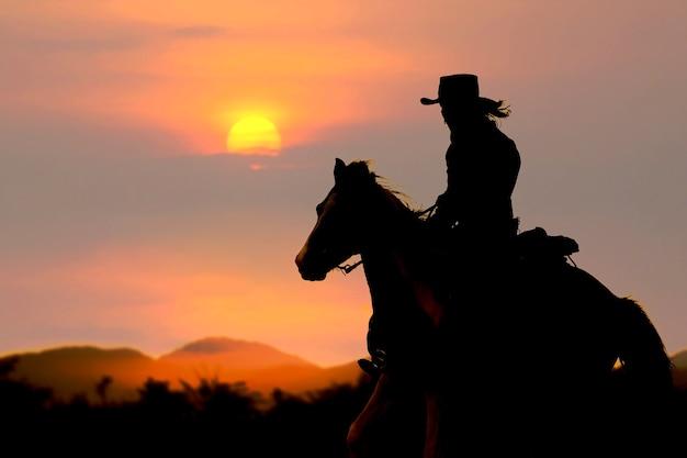 A silhueta do cowboy no sol poente