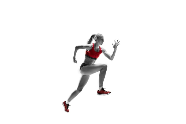 A silhueta feminina de um corredor, correndo e pulando no fundo branco do estúdio. o velocista, corredor, exercício, treino, aptidão, treinamento, conceito de corrida.