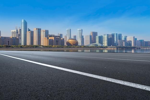 A, skyline, de, a, urbano, skyline, de, hangzhou, via expressa