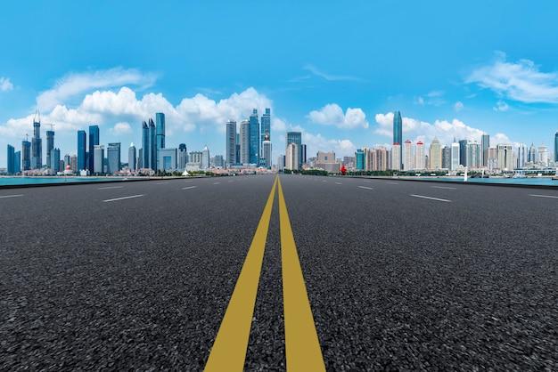 A, skyline, de, a, urbano, skyline, de, qingdao, via expressa