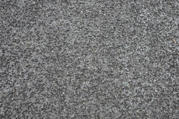 A superfície da estrada feita de asfalto é um produto da produção de petróleo bruto.