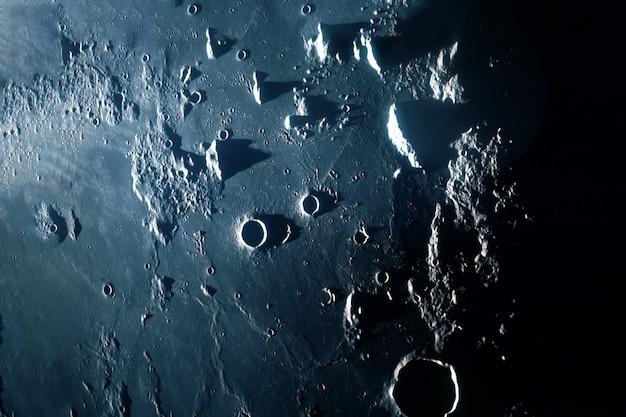 A superfície da lua com crateras e montanhas elementos desta imagem fornecida pela nasa