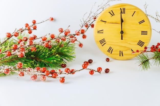 A superfície da véspera de ano novo com mostrador do relógio e ponteiro das horas mostra 12 horas. conceito de férias.