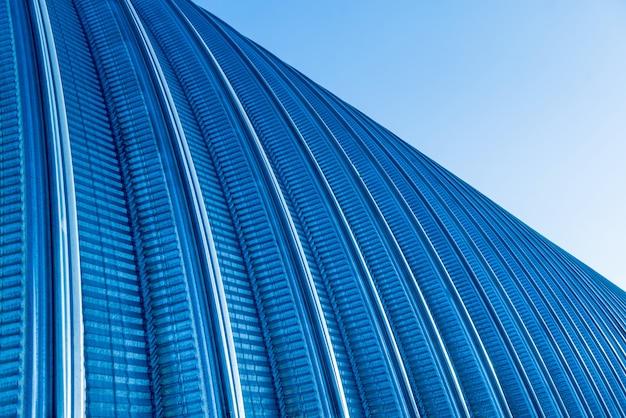 A superfície de um telhado de metal industrial.