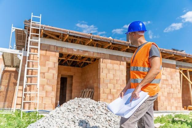 A supervisão da construção controla o projeto durante a construção de uma casa de família