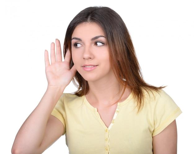 A t-shirt amarela da mulher está escutando a bisbolhetice.