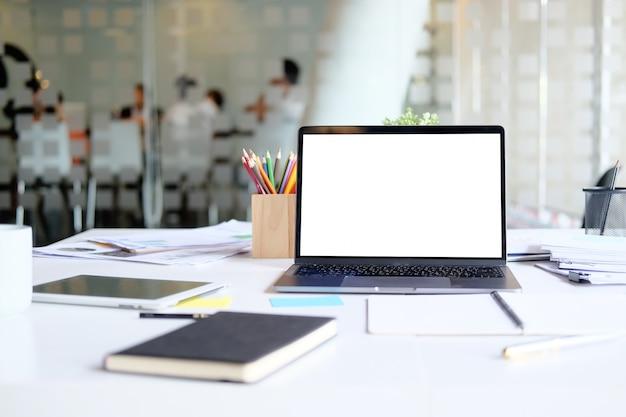A tabela com portátil zomba acima do balcão do negócio da contabilidade do mercado do local de trabalho.