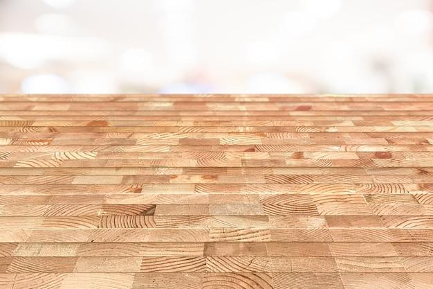 A tabela de madeira vazia na parte superior sobre o fundo do borrão, pode ser usado zomba acima para produtos da montagem.