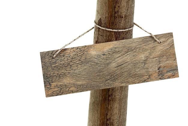 A tabuleta de madeira pendurada segura no tronco de uma árvore isolado no branco com traçado de recorte