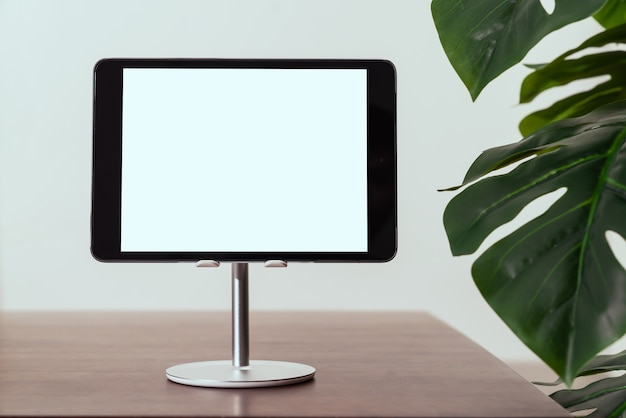 A tela do tablet digital está em branco na mesa