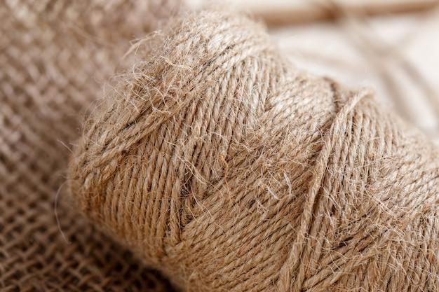 A tela e o emaranhado de fios sobre um piso de madeira