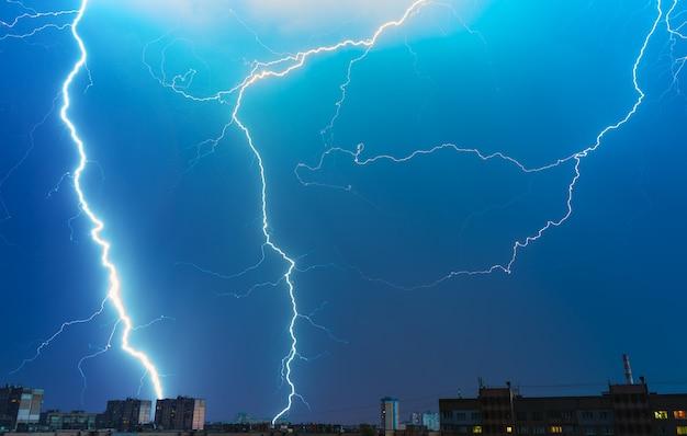 A tempestade sobre a cidade. noite noite
