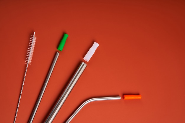 A tendência moderna cuidando do meio ambiente. auto kit de canudos metálicos reutilizáveis para bebidas de vários diâmetros e formatos com ferramenta de limpeza e tampas de silicone.