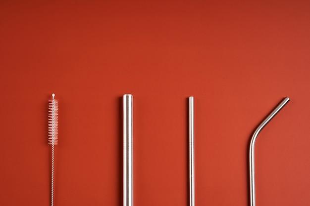 A tendência moderna cuidando do meio ambiente. auto kit de canudos reutilizáveis de metal escuro para bebidas de vários diâmetros e formas com ferramenta de limpeza.