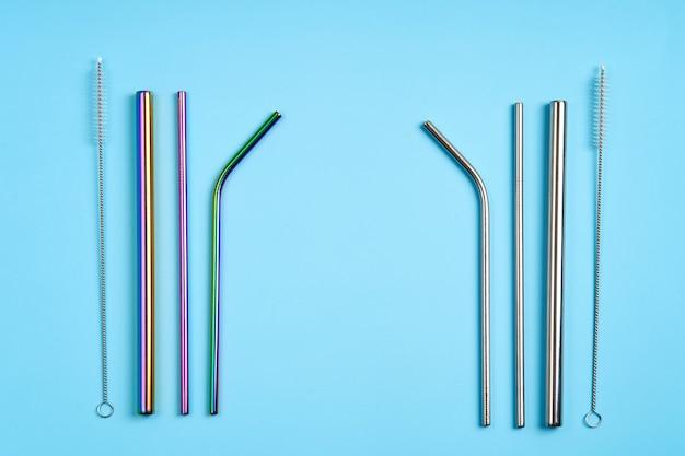 A tendência moderna de cuidar do meio ambiente. kit de canudos metálicos reutilizáveis para bebidas de vários formatos e diâmetros com ferramenta de limpeza.