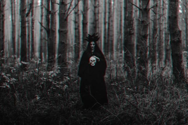 A terrível bruxa negra segura o crânio de um homem morto nas mãos. preto e branco com efeito de realidade virtual de falha 3d