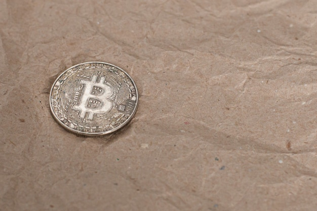 A textura amassada de papel artesanal e bitcoin