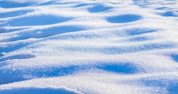 A textura da neve em um dia claro e ensolarado de inverno_